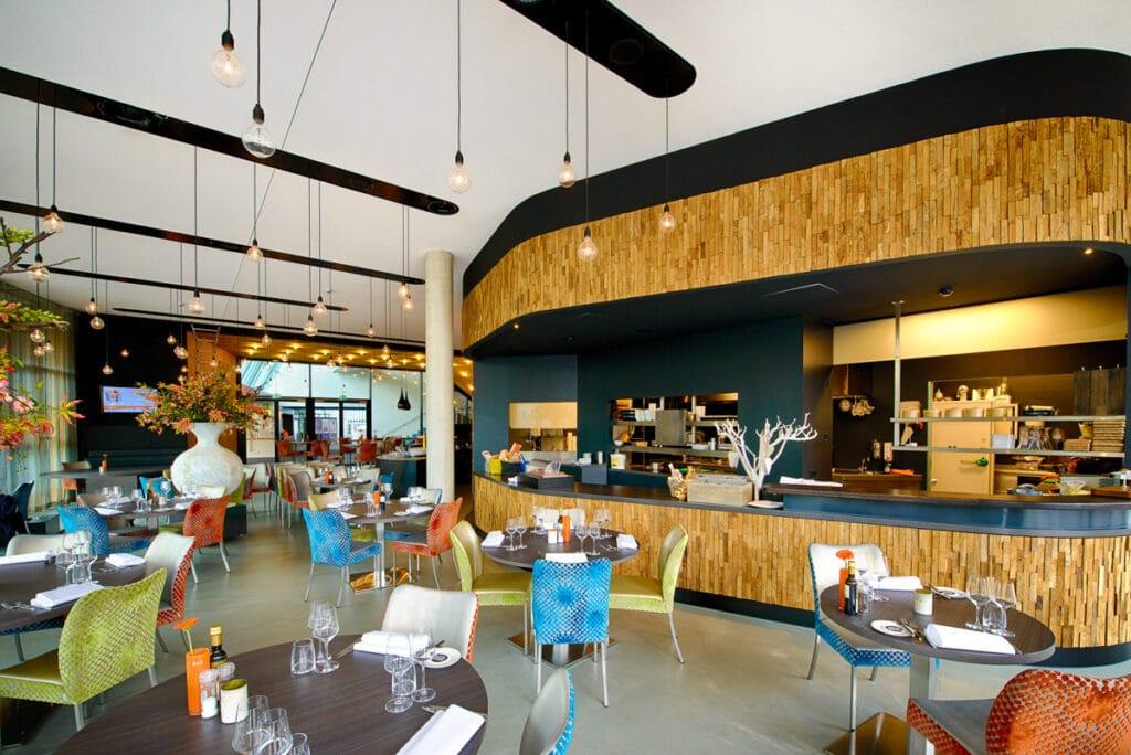 Het restaurant van theater Markant. met stoelen, een bar en tafeltjes