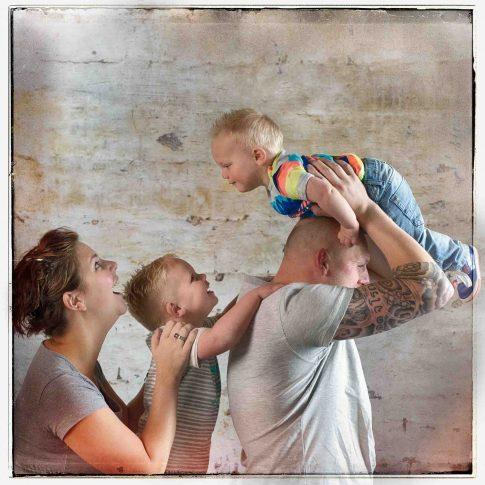 gezinsfoto op beton