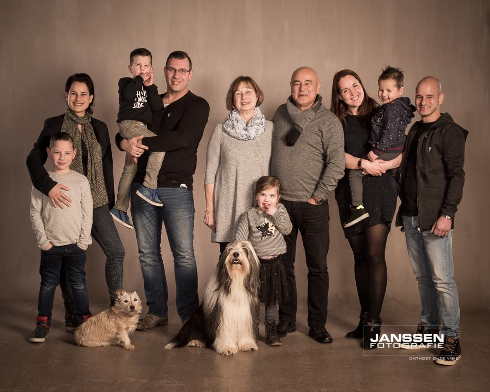 een familiefotoshoot met huisdieren