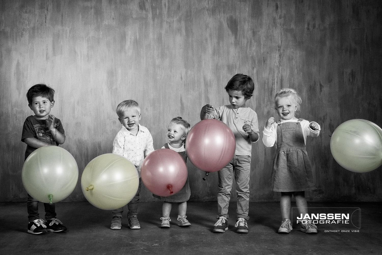 Deze familie kwam met 13 personen naar de studio, 5 kleinkinderen en 8 volwassenen. En zoals je ziet staan opa en oma vol trots met alle kinderen en kleinkinderen op de familie foto. Een superleuke spontane foto.